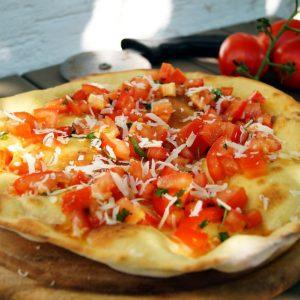 Pizzabrot mit frischen Tomaten
