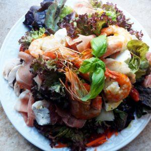 Gemischter Salat mit gegrillten Scampis
