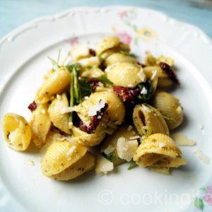 Italienischer Nudelsalat mit Pesto und Oliven