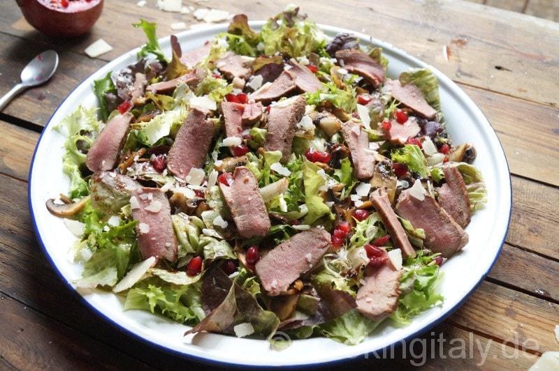 Gemischter Salat mit Lammstreifen und Granatapfel-Balsamico-Dressing