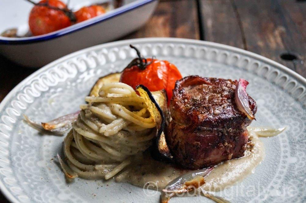 Rinderfilet im Parma-Mantel mit Spaghetti in Auberginen Creme